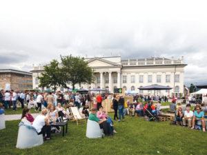 Entspannte Atmosphäre vor dem Fridericianum: Die Rechnung der Gastronomen ging auf. Foto: Andreas Weber