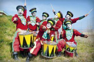 Die französichen Jungs vom fliegenden Theater Transe Express werden für den spektakulären Höhepunkt des Festes sorgen. Foto: KuBa