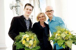 Robert Sturmhoevel (links) und MarKuz Walach mit Dorothée Rhiemeier, Leiterin des Kasseler Kulturamtes. Foto: Mario Zgoll