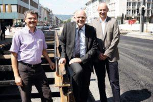 Stadtbaurat Christof Nolda (Mitte) besuchte mit Jens Herzbruch (Amt für Stadtplanung, links) und Uwe Bischoff (Straßenverkehrs- und Tiefbauamt) die Baustelle. Foto: Mario Zgoll