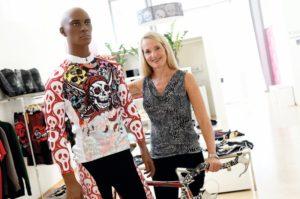 Kustodin und Kuratorin Ulrike Neurath präsentiert ein Shirt mit Schädeln aus populären Spielfilmen. Foto: Mario Zgoll