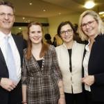 Wolfgang Osse, Annika Heckmann (mitte) und Dr. Dorothee Dersch plauderten im Anschluss an den spannenden Vortrag mit Gastgeberin Christa Peters (rechts). Foto: Mario Zgoll