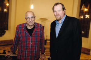 """Péter Gárdos mit Bernd Hölscher, Schauspieler am Staatstheater, der übersetzte Passagen aus """"Fieber am Morgen"""" las. Foto: Mario Zgoll"""