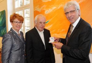Stadtverordnetenvorsteherin Petra Friedrich, Wolfgang Matthäus und Oberbürgermeister Bertram Hilgen (v.l.). Foto: obs/Stadt Kassel