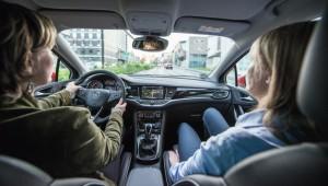 Der erste Eindruck der Testfahrerinnen: Komfortabel, geräumig, leise und fantastisch ausgestattet. Foto: Thomas Eschstruth