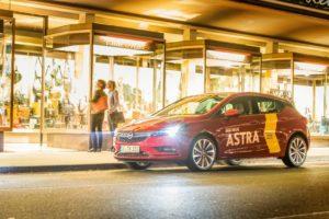 Sandra-Catherine Hieser (links) beendet den Tag mit ihrer Freundin Miriam Wagner beim Shoppen und Schaufenster gucken in Kassels Innenstadt. Als treuer Begleiter dabei: Der Opel Astra Innovation. Foto: Thomas Eschstruth