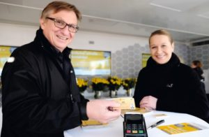 Walter Baczewski, Marketingleiter der Kasseler Bank, demonstriert die einfache Handhabung der Karte. Foto: Mario Zgoll