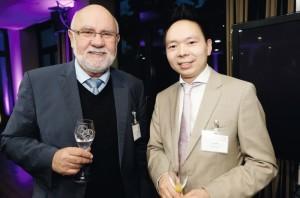 Kontakte zwischen Wissenschaft und Wirtschaft: Ex-Hochschulpräsident Prof. Rolf-Dieter Postlep im Gespräch mit Jianwei Qiu von der Lily Handels GmbH. Foto: Mario Zgoll