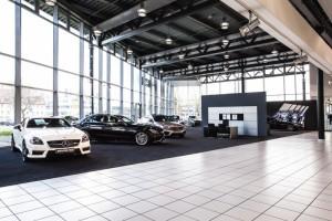 Der neue Showroom, ganz in den AMG-Farben gehalten, nimmt einen großen Teil des Erdgeschosses der Niederlassung ein. Foto: Andreas Weber