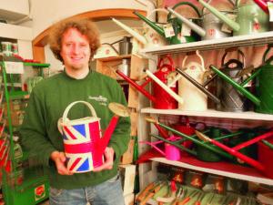 Inhaber Frank Rohde hat selbst viel Spaß an dem bunten Kannensortiment des britischen Traditionsherstellers Haws. Foto: Ralph-Michael Krum
