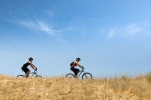 Raus auf`s Land? Sport im Freien ermöglicht jetzt auch der neue Kasseler Sport- und Gesundheitsparcour. Illustration: istockphoto.com