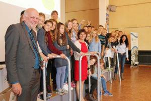 Die vier teilnehmenden Schulen wurden für ihre Teilnahme mit Fahrradständern belohnt. Auf dem Foto sind Schüler und Lehrer des Wilhelmsgymnasiums zu sehen. Foto: Ina Michael/(c) Stadt Kassel