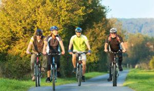 Radfahrer befahren den Diemelradweg. Foto: Landkreis Kassel