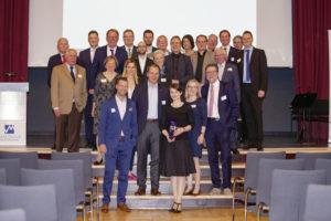 Grimmwelt-Geschäftsführerin Susanne Völker (vorne) mit den anderen Nominierten und den Vertretern des Marketingclubs Nordhessen. Foto: Marketingclub Nordhessen
