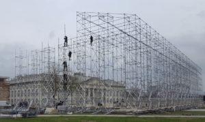 2017 das Wahrzeichen der documenta 14 (hier im Aufbau): der dem Athener Parthenon nachempfundene »Tempel der verbotenen Bücher«, nun erstmals in Originalgröße. Foto: (c) Ryszard Kasiewicz