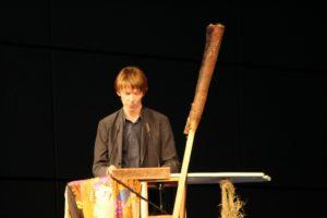 Adam Szymczyk, der künstlerische Leiter der d14, während der Pressekonferenz. Das Rednerpult ist ein Kunstwerk der Sámi Artist Group. Foto: Hans Martin Krause