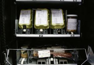 Täglich Frisches gibt es dank des Automaten jetzt rund um die Uhr. Foto: Uni Kassel