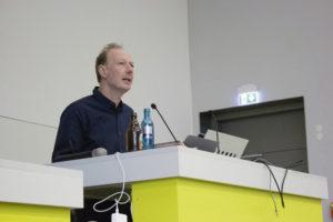 Martin Sonneborn spricht an der Universität Kassel. Foto: Paul Bröker