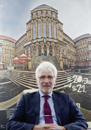 Verabschiedete sich nach einer erfolgreichen Zeit vom Amt des Oberbürgermeisters: Bertram Hilgen Foto: Mario Zgoll