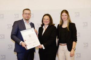 Jan Griesel, Andrea Nahles und Liz Mohn (v.l.) bei der Urkundenübergabe in Berlin. Foto: nh