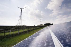 Windkraft und Photovoltaik prägen das Bild in Nordhessen. Foto: ©Paavo Blåfield / deENet Kompetenznetzwerk dezentrale Energietechnologien e.V