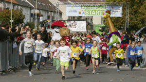 500 kleine Läuferinnen und Läufer hatten beim Bambini Lauf, präsentiert von der Raiffeisen Waren GmbH, einen Riesenspaß.