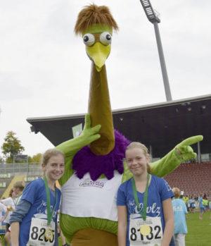 Maskottchen Winnie, Emma (links) und Sophie fanden den Mini-Marathon klasse.