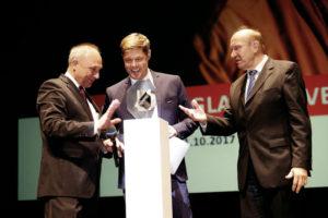 Volker Westerbarkey (Mitte), Präsident der deutschen Sektion von Ärzte ohne Grenzen, nimmt die Auszeichnung aus den Händen von Bernd Leifeld (links) und Dieter Mehlich vom Vorstand des Bürgerpreises entgegen. Foto: Mario Zgoll