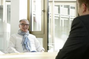 Dr. Gerold Kreuter im Gespräch mit Jérôme-Autor Björn Schönewald. Foto: Mario Zgoll