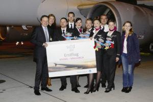 Freuten sich gemeinsam über den Erstflug von Calden aus: Lars Ernst (Geschäftsführer Kassel Airport), Natascha Zemmin (Pressesprecherin Kassel Airport) die Sundair-Crew und Simone Feier-Leist (Pressereferentin schauinsland-reisen) kurz vor dem Start des Airbus A320. Foto: Kassel Airport
