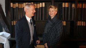 V.r.n.l.: Dr. Brigitte Pfeil (Leitung der Sondersammlungen der Landesbibliothek) gemeinsam mit Verleger Conrad Fischer vor einem Teil des Bernecker-Verlagsarchivs.