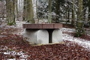"""Heinrich Brummacks von ihm selbst bereits im Jahr 1997 geschaffenes Grabmonument """"Vogeltränke"""" in der Künstler-Nekropole im Kasseler Habichtswald. Foto: Stadt Kassel"""