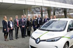 Die Projektpartner und -initiatoren bei der Vorstellung von E-Momo an der Günther Cramer Solar Akademie. Foto: Regionalmanagement Nordhessen