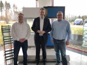 Staatssekretär Patrick Burghardt (Mitte) hat das mittelständische Unternehmen Energy Glas in Wolfhagen besucht. Mirco Franke (l.) und Kai Franke vom Unternehmen empfingen ihn. Foto: © wissenschaft.hessen.de