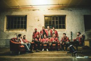 Die Techno-Marching-Band Meute eröffnet die Saison mit einem heißen Mix aus Techno und Blasmusik. Foto: Steffi Rettinger