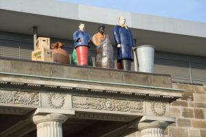 """Auf dem Portikus des Modehauses SinnLeffers stehen """"Die Fremden"""" von Thomas Schütte seit der DOCUMENTA IX im Jahr 1992. Foto: Nils Klinger"""