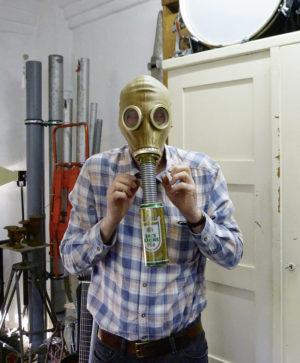 Klangkunst und Performance: Axel Kretschmer mit einem seiner selbstentworfenen Instrumente. Foto: Jan Hendrik Neumann