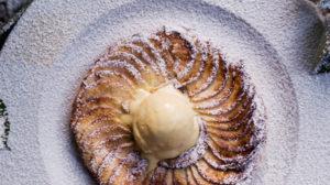 Hauchdünner Apfelkuchen mit Zucker, Zimt und Vanilleeis