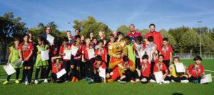 Gemeinsames Gruppenfoto zum Abschluss der Sport-und-Wort-Woche: Die Kinder freuen sich über die Teilnehmerurkunden, die der Weltmeister von 1990, Guido Buchwald, ihnen überreichte. Foto: nh