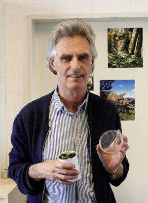 Prof. Dr. Ulrich Kutschera mit seinen Forschungsobjekten: Zwittrige Pflanze und hermaphroditischer Egel. Foto: Jan Hendrik Neumann
