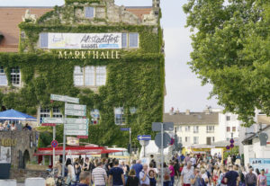 Rund um die Markthalle gibt es beim Altstadtfest viel zu erleben. Foto: Mario Zgoll