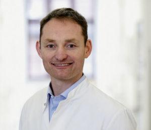 Chefarzt Prof. Dr. med. Benjamin Bücking an der Klinik für Orthopädie, Unfallchirurgie und Alterstraumatologie. Foto: DRK-Kliniken Nordhessen