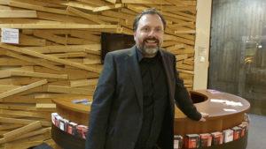 Gute Laune im Schauspielfoyer: André Busse ist seit 15 Jahren Geschäftsführer der Volksbühne. Foto: KULTURpunkt