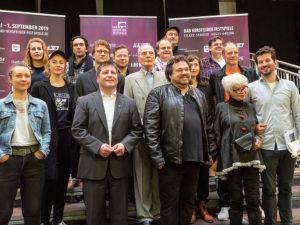 Der Prozess: Das Ensemble um Regisseur Joern Hinkel und Bürgermeister Thomas Fehling. Foto: Steffen Sennewald/Hersfelder Festspiele