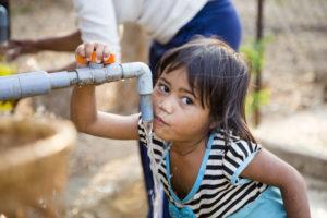 Gerade für Kinder ist sauberes frisches Wasser elementar. Foto: Ovu0ng, regionales/shutterstock.com