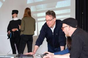 Prof. Dr. Kai-Uwe Hemken (Mitte) und Simon-Lennert Raesch (r.) entwerfen digitale Rekonstruktionen von Ausstellungen. So lässt sich mithilfe einer VR-Brille auch die documenta von 1955 noch einmal besuchen. Foto: Sebastian Mense