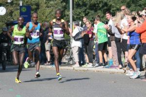 Titelverteidiger Edwin Kosgei (rechts, Nr. 9) will seinen Sieg vom Vorjahr wiederholen. Foto: Michael Bald