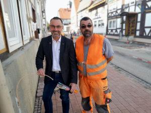 Bürgermeister Harald Munser und Polier Harald Rennert an einem Glasfaser-Hausanschluss in der Altstadt von Liebenau. Foto: Björn Schönewald