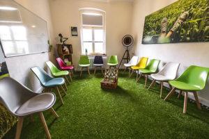 Grüne Wiese heißt dieser Raum, der dazu einlädt, im Stuhlkreis zu brainstormen und Kreativität zu entfalten. Foto: Y-SiTE
