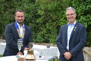 Stefan Sippel, neuer Präsident des Lions Clubs Melsungen, und sein Amtsvorgänger Lutz Kleinwächter (v.l.). Foto: Björn Schönewald